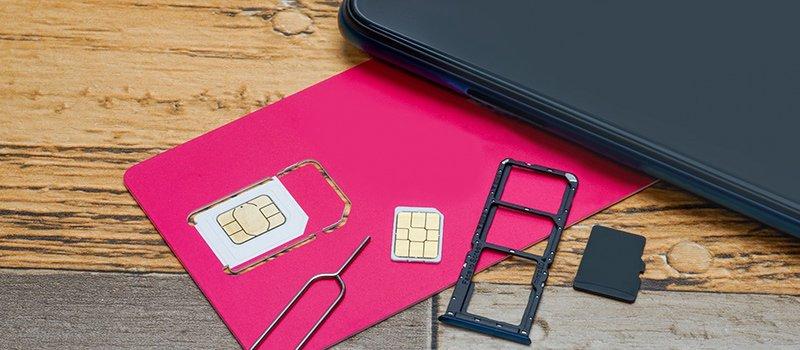 海外でスマホを利用する際にSIMカードを使う
